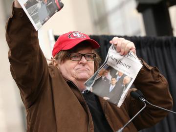 Michael Moore rompe un diario que titula sobre Trump