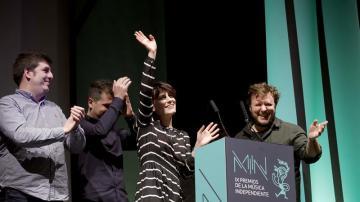 Los integrantes del grupo Triángulo de Amor Bizarro reciben el premio al Mujer Álbum del Año en los premios MIN