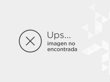 Andrew Garfield rodeado de singulares extras