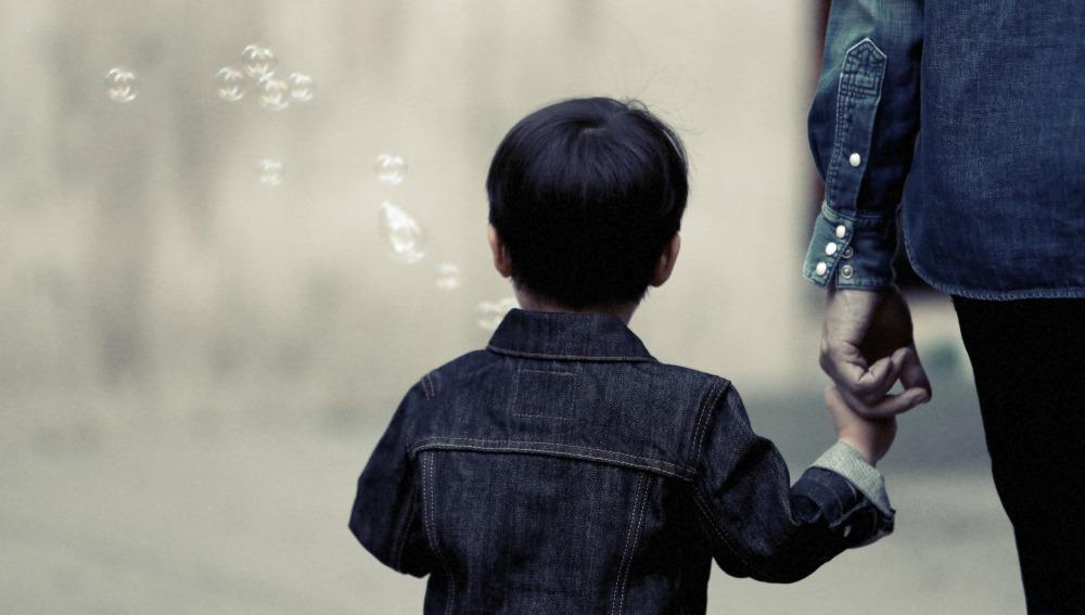 Niño pequeño de la mano