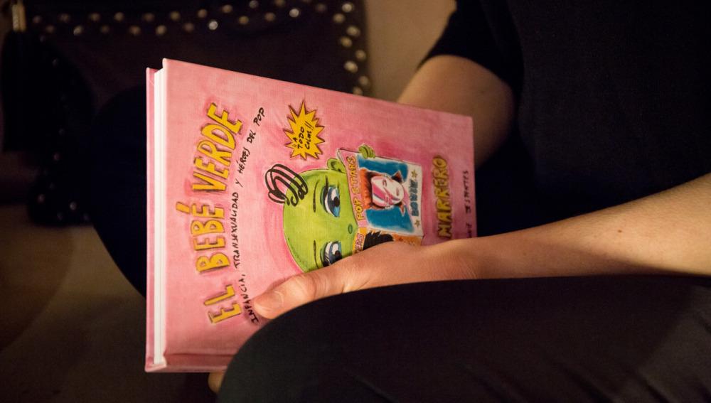 Roberta Marrero, con un ejemplar de 'El bebé verde'