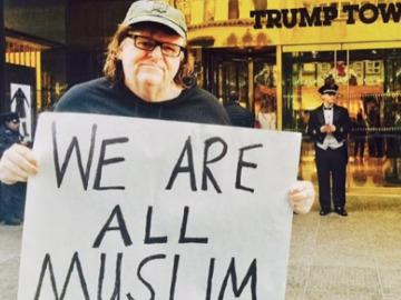 Moore frente a una de las muchas Trump Tower.