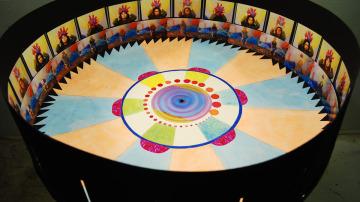 Instalación artística de la artista Leah Reynolds basada en el Zoótropo