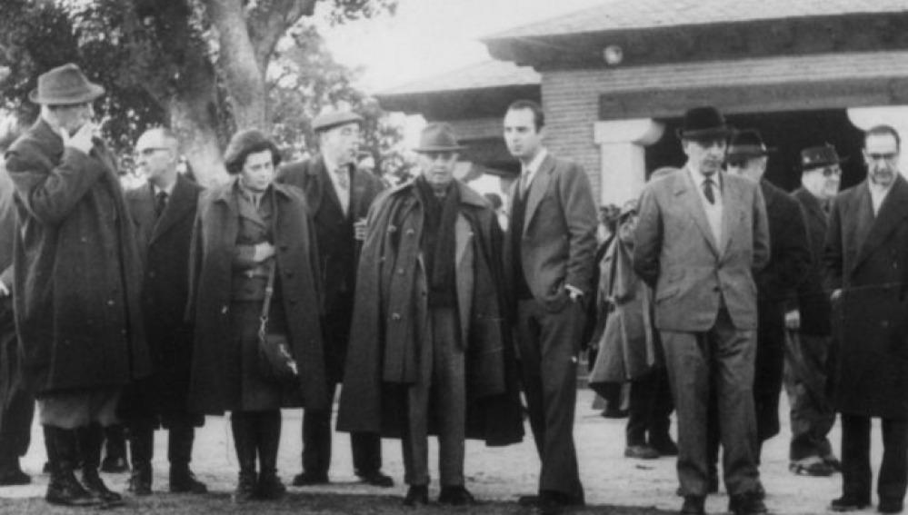 El dictador Francisco Franco, durante una cacería con sus ministros