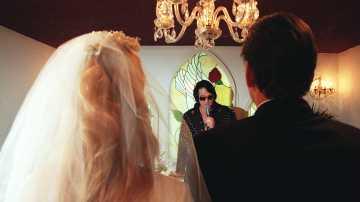 Elvis Presley casa a dos novios en Las Vegas