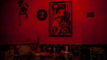 El póster de una actriz en la pared de un prostíbulo
